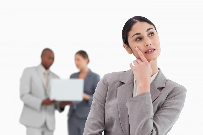 Affärskvinna som fungerar över genvägar